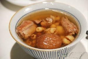 莲子炖排骨汤:枸杞、米酒、百合