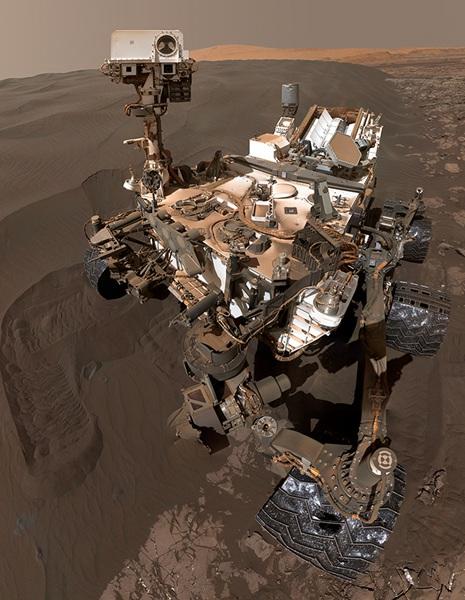 """""""好奇号""""自拍照。它2012年8月成功登陆火星表面,是世界上第一辆采用核动力驱动的火星车,其使命是探寻火星上的生命元素。"""