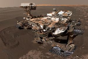 """""""好奇号""""火星车玩自拍 沙丘为伴略显孤单"""
