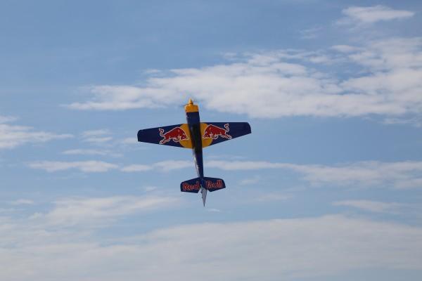 固定翼航模飞机展示竞速穿越,模拟丛林深处传来紧急求救信号的情境,为