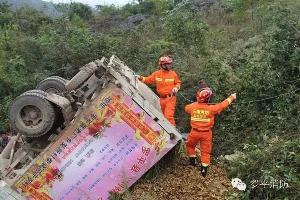 卡车失控侧翻1人被困 罗平消防奋力营救