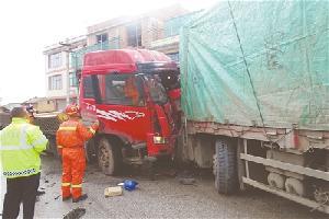 马龙县两货车相撞驾驶员卡车内无法动弹