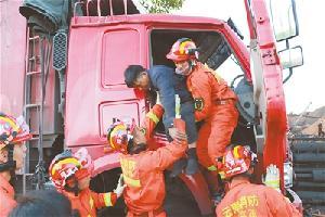 两车相撞驾驶员被困富源县消防成功营救